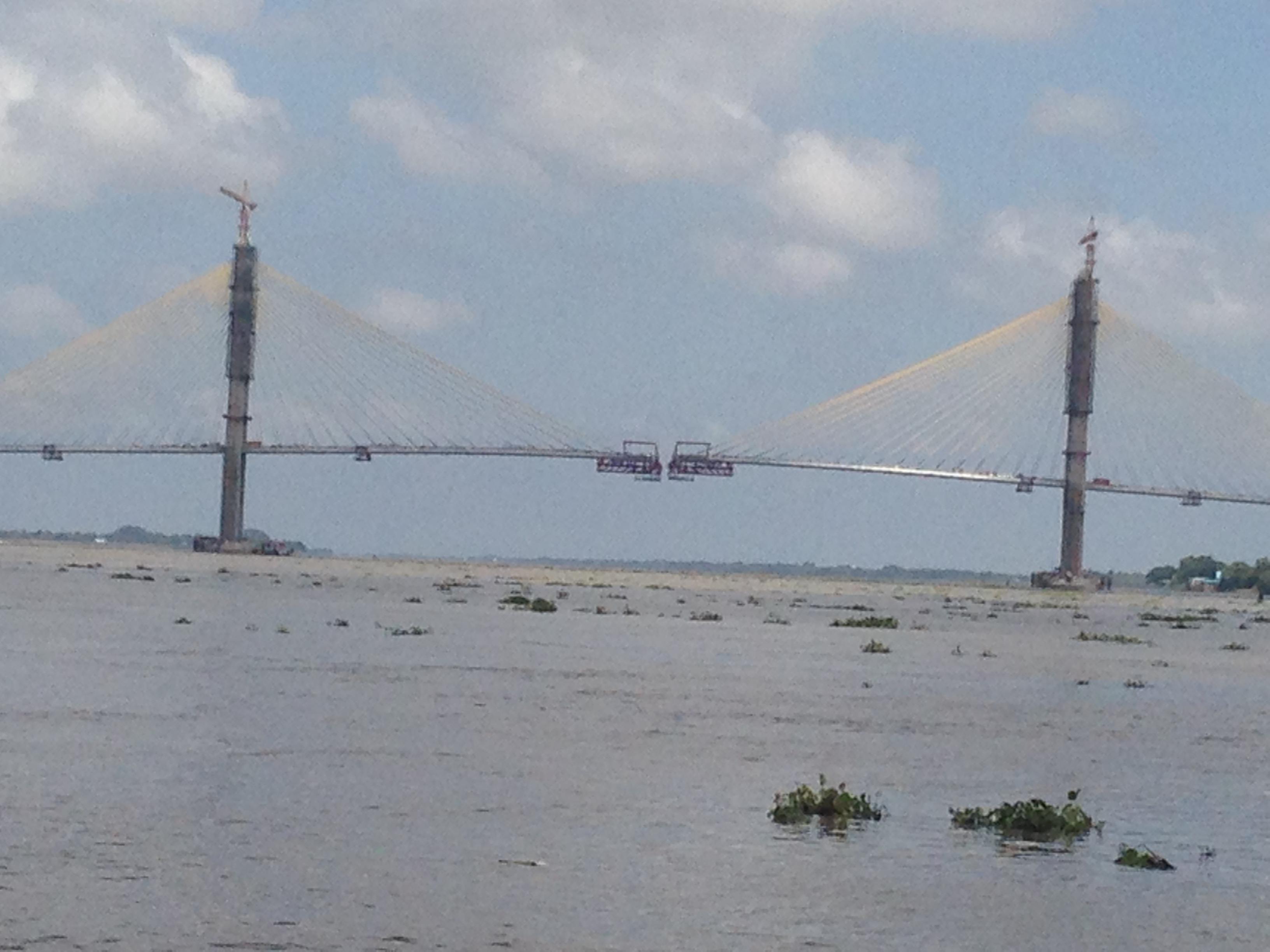 メコン川のネアックルン橋は完成...